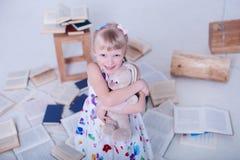 Barn i den vita studion arkivbild