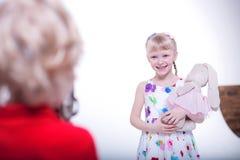 Barn i den vita studion royaltyfria bilder
