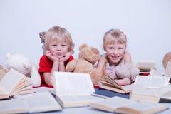 Barn i den vita studion royaltyfri bild