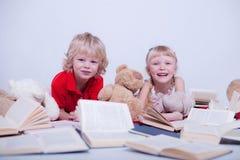 Barn i den vita studion royaltyfri foto