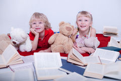 Barn i den vita studion arkivbilder