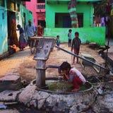 barn i en by i Agra Arkivbilder