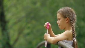 Barn i en parkera arkivfilmer