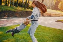 Barn i en parkera arkivfoton