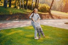 Barn i en parkera royaltyfri foto