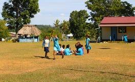 Barn i en skola i en by i Fiji royaltyfri bild
