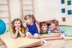Barn i en skolaidrottshall Royaltyfri Fotografi