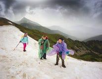 Barn i en storm på snökornischen royaltyfri foto