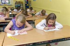 Barn i ett klassrum royaltyfria foton