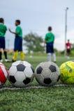 Barn i fotbollövningsutbildning Arkivbild