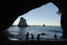 Barn i grottan Arkivfoto