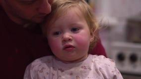Barn i händerna av påven stock video
