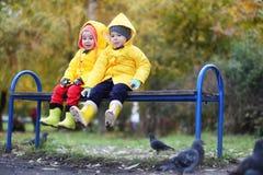 Barn i hösten parkerar går royaltyfri bild