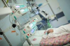 Barn i intensivvårdenheten Royaltyfri Foto
