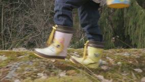 Barn i kängor som på våren går till och med träna, fps96 lager videofilmer