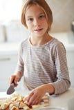 Barn i kök Arkivfoto