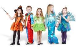 Barn i karnevaldräktstativ Arkivbild
