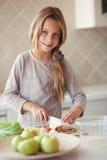 Barn i kök Fotografering för Bildbyråer