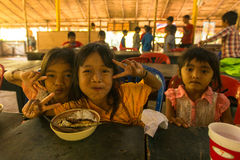 Barn i klassrumet på lunchtid på skolan av kambodjanska ungar för projektet att bry sig för att hjälpa behövande barn på den Koh  Royaltyfria Foton