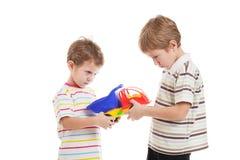Barn i konfliktslagsmål för toy Arkivbilder
