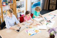 Barn i konstgrupp arkivfoto