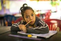 Barn i kurs på skolan av kambodjanska ungar för projektet att bry sig Fotografering för Bildbyråer