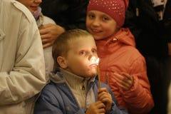 Barn i kyrkan Pojken på servicen Fotografering för Bildbyråer