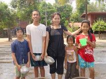 Barn i landskapet av den Thailand Songkran dagen Arkivfoton