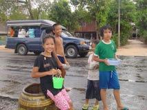 Barn i landskapet av den Thailand Songkran dagen Royaltyfri Fotografi