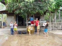 Barn i landskapet av den Thailand Songkran dagen Royaltyfria Foton