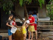 Barn i landskapet av den Thailand Songkran dagen Fotografering för Bildbyråer