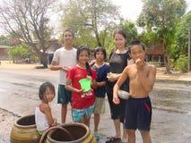 Barn i landskapet av den Thailand Songkran dagen Royaltyfri Bild