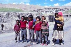 Barn i liv för lantlig by i Tibet Arkivbilder
