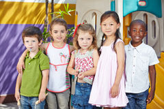 Barn i mellan skilda raser grupp arkivbild
