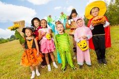 Barn i olik allhelgonaafton kostymerar anseende royaltyfria bilder