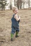 Barn i overaller och cowboykängor Arkivfoton