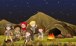 Barn i safari kostymerar att campa ut vid grottan vektor illustrationer