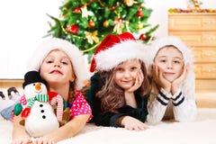 Barn i Santa hattar Royaltyfri Bild