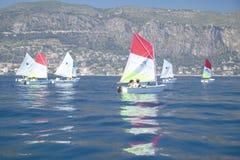 Barn i seglingskola i port på helgonet Jean Cap Ferrat, franska Riviera, Frankrike Royaltyfri Fotografi