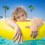 Barn i simbassäng Royaltyfri Bild