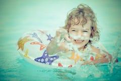 Barn i simbassäng Arkivfoton