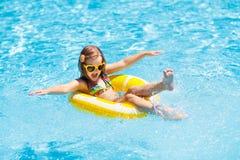 Barn i simbassäng på cirkelleksaken Ungebad royaltyfri fotografi