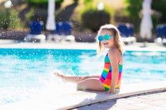 Barn i simbassäng på sommarsemester fotografering för bildbyråer