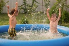 Barn i simbassäng Spela i sommaren den isolerade illustrationen för jordklotet för flygplanbakgrundsbegreppet surranded löpande w royaltyfria foton