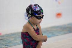 Barn i simbassängen royaltyfria bilder