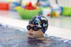 Barn i simbassängen arkivfoto