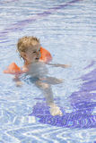 Barn i simbassängen Royaltyfri Fotografi