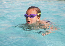 Barn i simbassäng. Royaltyfria Bilder