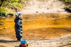 Barn i skog nära den lilla floden royaltyfri fotografi