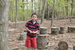 Barn i skogen Fotografering för Bildbyråer